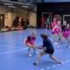 Tytöt pelaavat käsipalloa